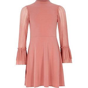Pinkes, hochgeschlossenes Kleid mit plissierten Ärmeln