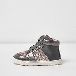 Graue, glitzernde Sneakers
