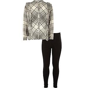 Outfit bestehend aus grau kariertem Hemd und Leggings