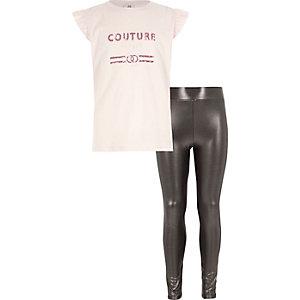 Outfit mit pinkem Oberteil und Metallic-Leggings
