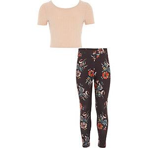 Outfit mit pinkem Oberteil und geblümten Legggings