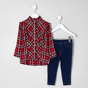 Outfit mit rotem, gerüschtem Karohemd