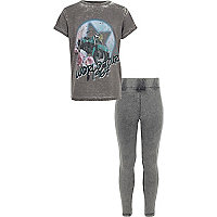Outfit mit grauem Band-T-Shirt und Leggings