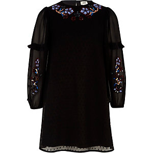 Schwarzes Trapez-Kleid mit Paillettenverzierung