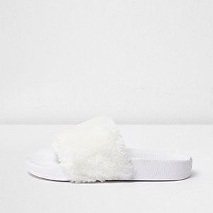 Weiße, flauschige Slipper