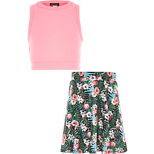 Outfit mit rosa Crop Top und Tropenrock