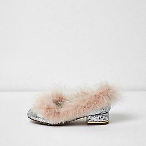 Pinke, glitzernde Schuhe mit Federbesatz