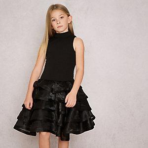 RI Studio – Robe de gala noire avec jupe à superpositions