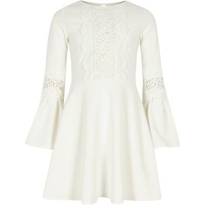 River Island Crèmekleurige jurk voor meisjes met kanten inzetstuk en wijduitlopende mouwen