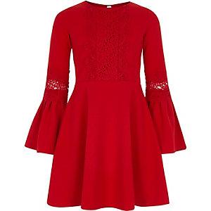 Rotes Kleid mit Trompetenärmeln und Spitzeneinsatz
