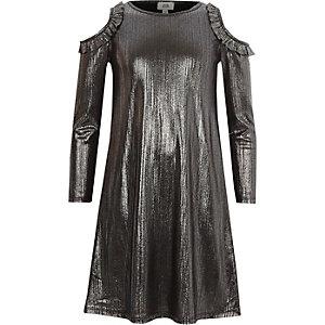Kleid in Metallic-Grau mit Schulterausschnitten