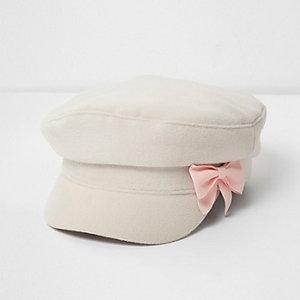 Mini - Crème vilten bakerboy-pet met strik voor meisjes