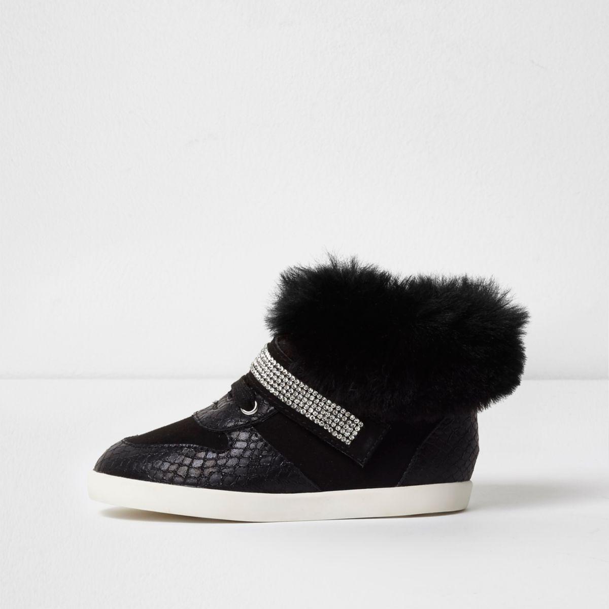 Schwarze, hohe Sneakers aus Kunstfell