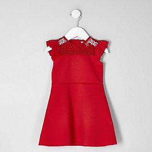 Robe rouge avec dentelle et volants aux épaules mini fille