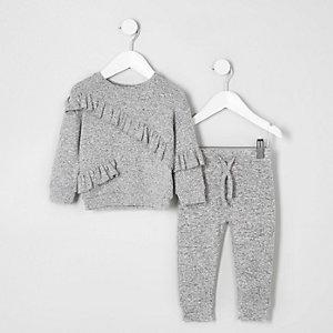 Outfit mit grauem Sweatshirt und Jogginghose