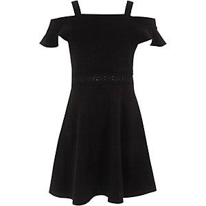 Schwarzes Skater-Kleid mit Schulterausschnitten