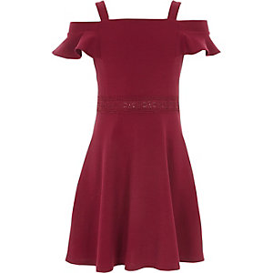 Dunkelrotes Bardot-Kleid mit Spitzensaum
