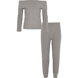 Outfit mit grauem Bardot-Oberteil