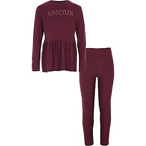 Outfit met bessenrode pullover met peplum en 'Amour'-print voor meisjes