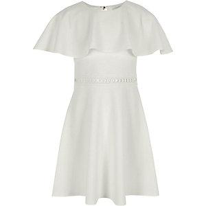 Weißes Kleid mit Cape-Ärmeln