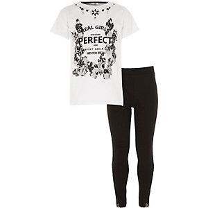 Outfit mit weißem, verziertem T-Shirt