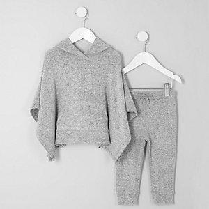 Outfit mit grauem Poncho mit Kapuze