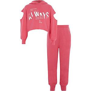 Outfit mit pinkem Sweatshirt mit Schulterausschnitten