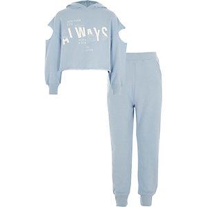 Outfit mit blauem Sweatshirt mit Schulterausschnitten