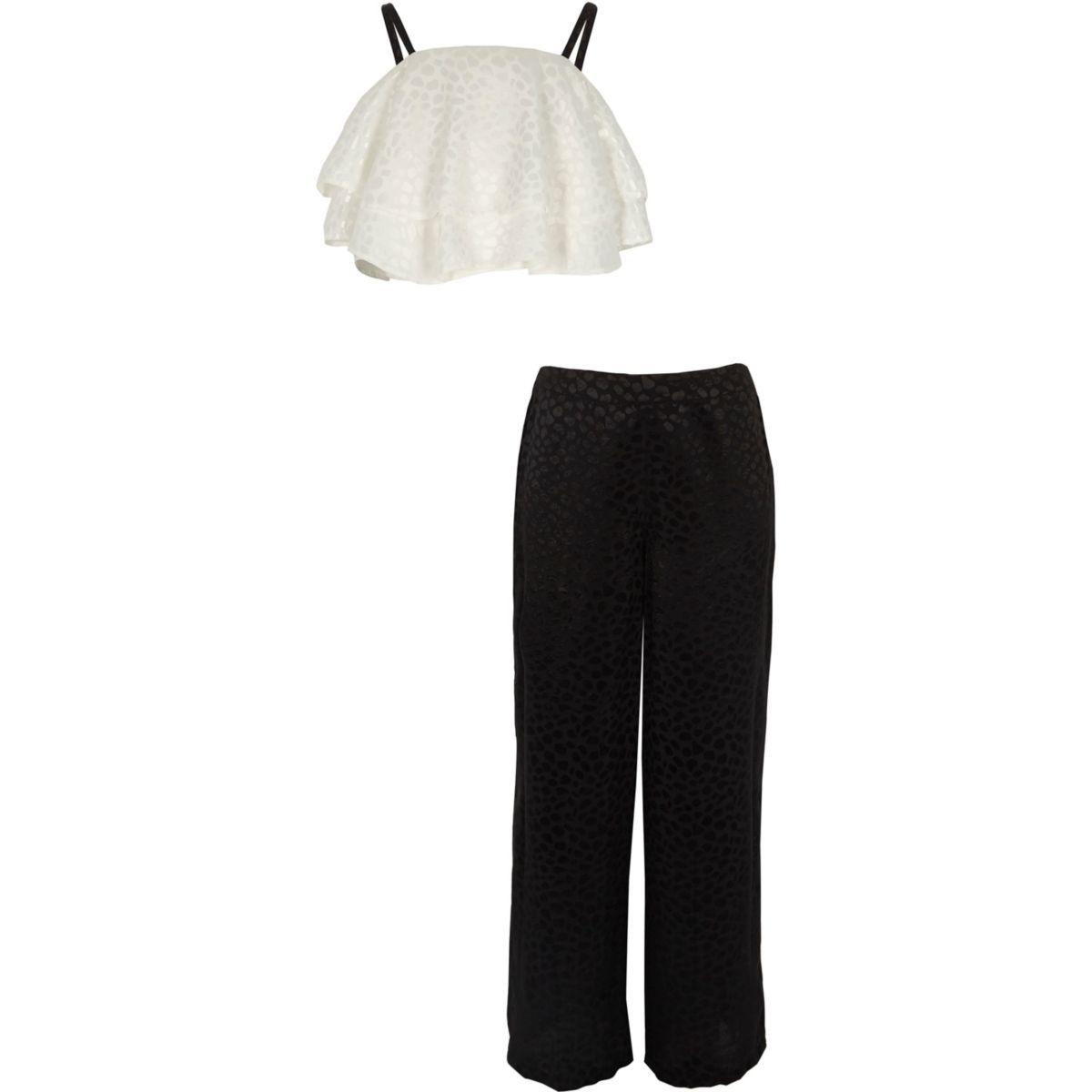 Outfit mit weißem Crop Top und Palazzo-Hose