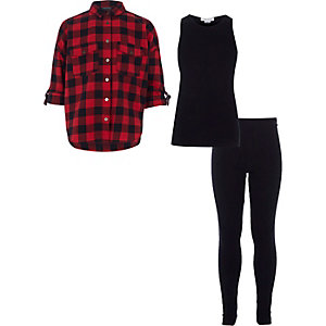 Outfit mit rot kariertem Hemd und Leggings