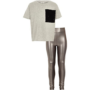 Outfit mit grauem, paillettenverziertem T-Shirt