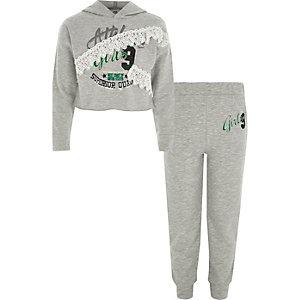 Outfit mit grauem, bedrucktem Hoodie und Jogginghose