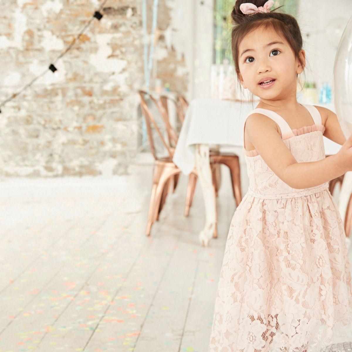 Robe de demoiselle d'honneur caraco en dentelle rose mini file