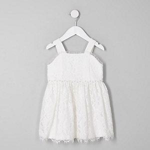 Weißes, ärmelloses Kleid