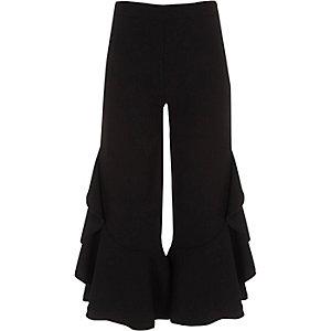 Schwarze Hose mit weitem Beinschnitt und Rüschen