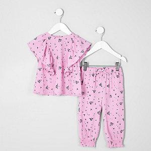 Outfit mit pinkem Oberteil mit Rüschen
