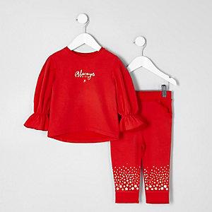 Outfit mit rotem Sweatshirt und Jogginghose