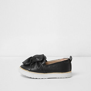 Mini girls black twist slip on plimsolls