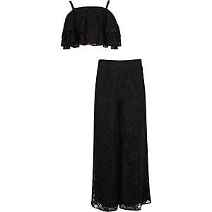 Outfit mit Crop Top aus schwarzer Spitze