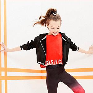 RI Active – T-shirt rouge inscription «girls can» métallisée pour fille