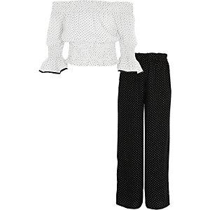 Outfit mit gepunktetem Bardot-Oberteil in Creme