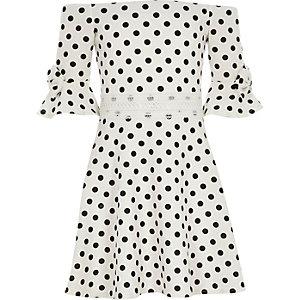 Weißes Bardot-Kleid mit Punkten