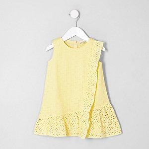 Gelbes Schößchenkleid mit Lochstickerei