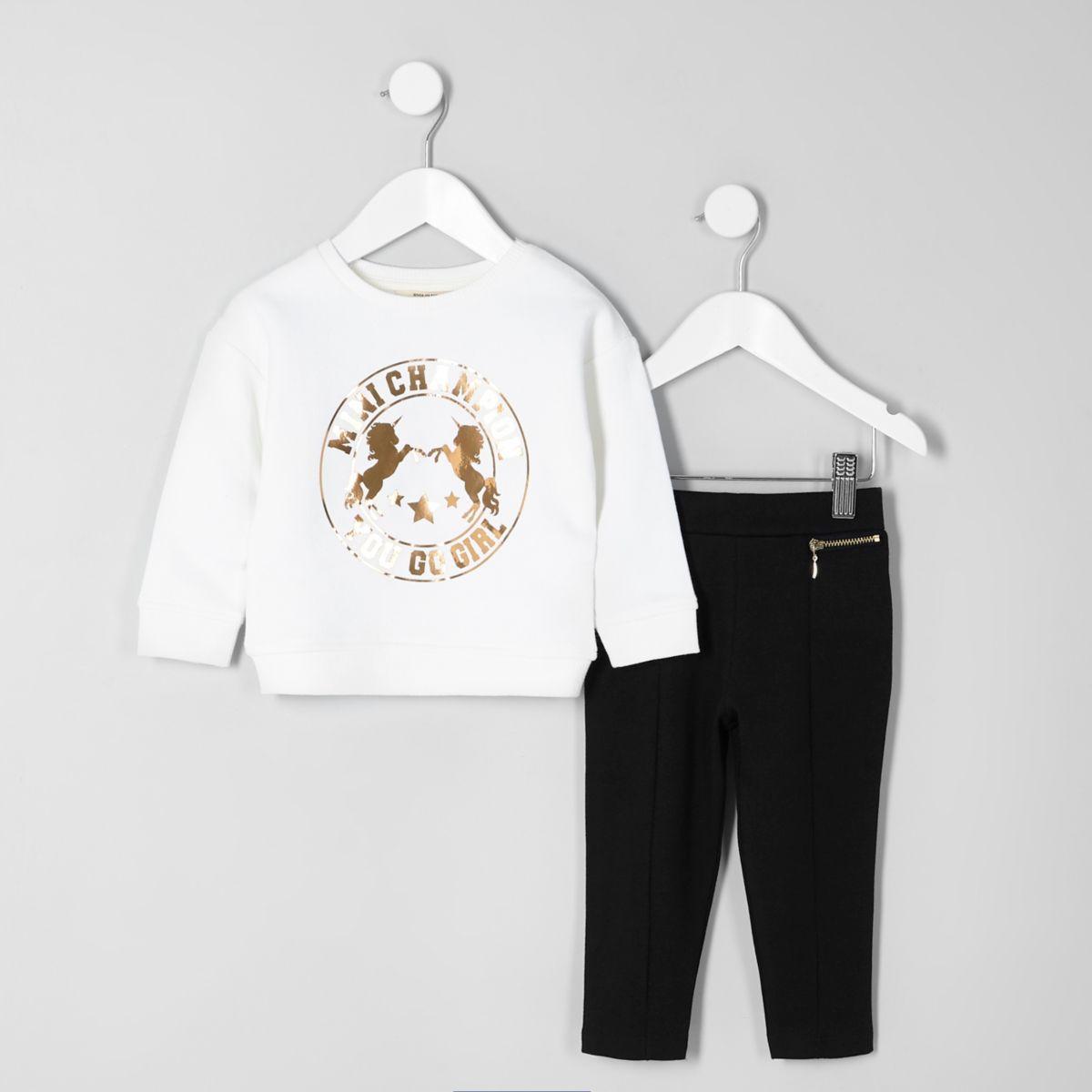Outfit mit weißem Sweatshirt mit Folienprint