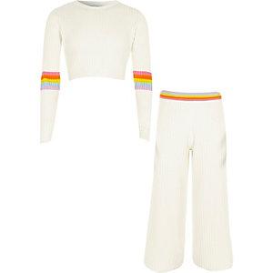 Outfit mit Regenbogen-Pullover in Creme