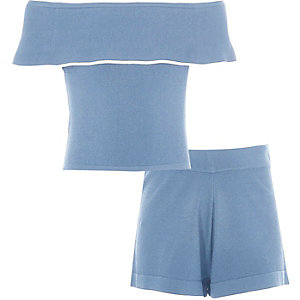 Outfit mit blauem Bardot-Oberteil und Shorts
