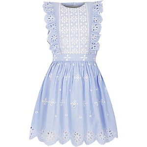 Robe rayée bleu clair à volants et broderies pour fille