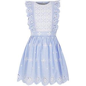 Lichtblauwe gestreepte jurk met broderie en ruches voor meisjes
