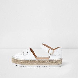 Weiße Espadrille-Sandalen mit Laserschnittmuster