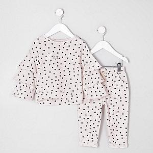 Outfit mit pinkem Oberteil mit Punktemuster